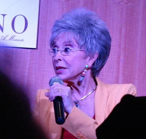 Rita Moreno contestando 2